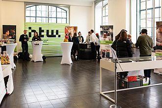 Begrüßung aller Gäste der einBlicke 2020 und erste Infos zum Überblick im Foyer.  © HTW Berlin / Marco Ruhlig