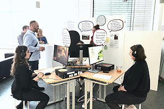 Besucher_innen der Werkschau in einer von Master-Studierenden konzipierten Ausstellung. © HTW Berlin / Katharina Faller