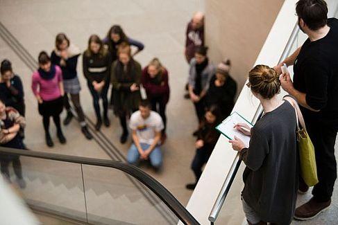 Analysieren von Ausstellungsformen und ihrem Publikum. Im Studium systematisch gelernt, ist es in der Berufspraxis von großem Nutzen © HTW Berlin / Camilla Rackelmann