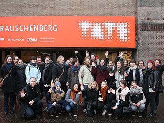 Die Gruppe vor dem Eingang der Tate Modern. Die Gespräche in der Tate Modern (am zweiten Tag) behandelten vor allem das vielseitige Learning Programme © HTW Berlin / Susanne Kähler