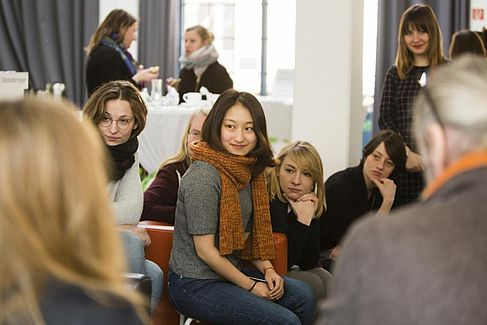 Students and lecturer at the annual Werkschau © HTW Berlin / Camilla Rackelmann