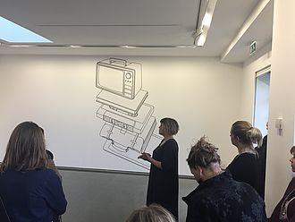 Die Kuratorin der Michael Craig-Martin Ausstellung führt durch die Ausstellung © HTW Berlin / Susan Kamel