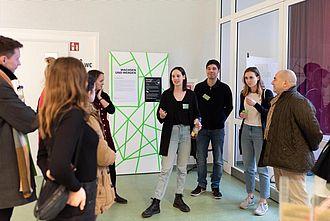 Führung über das Praxisprojekt der Master-Studierenden. © HTW Berlin / Marco Ruhlig