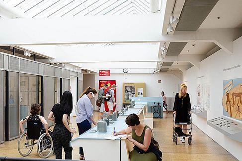 Studierende testen Ausstellungselemente aus Sicht von Geh- und Sehbehinderten Besucher_innen. © HTW Berlin / Marco Ruhlig