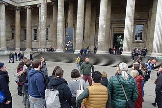 Beginn der Führung vor dem Haupteingang des British Museum mit David Francis. © HTW Berlin / Johannes Berger