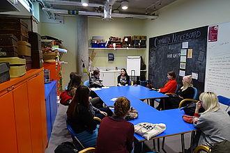 Studierende im Gespräch mit Mitarbeiter_innen des Hackney Museum. © HTW Berlin / Timm Miersch