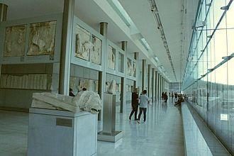 Typischer Ausstellungsbereich im Akropolismuseum mit Fensterblick auf die Akropolis © HTW Berlin / Tobias Nettke