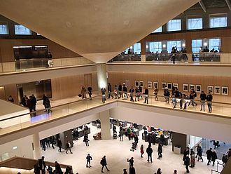 Eindruck von der Hauptachse des Design Museum London. Einige nutzen den ersten Tag für individuelle Besuche von Museen und touristischen Attraktionen © HTW Berlin / Tobias Nettke