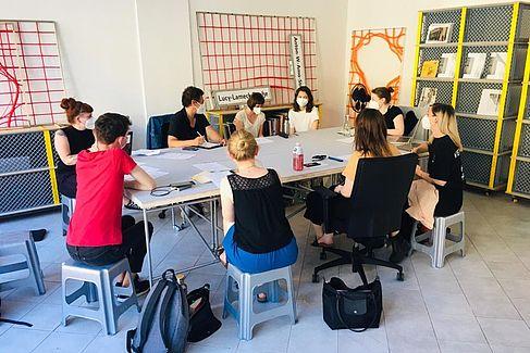 Projekttreffen im Büro der Dekoloniale. © HTW Berlin / Julia Thielke