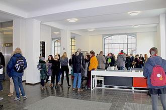 Besucher*innen bei einBlicke 2019 im Foyer Gebäude A. © HTW Berlin / Thomas Kämpfe