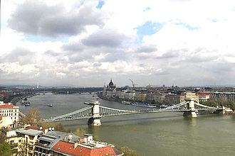 Blick auf die 'Kettenbrücke' über der Donau. © HTW Berlin / Vanessa Schwab