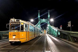 Straßenbahn auf der 'Freiheitsbrücke' bei Nacht. © HTW Berlin / Vanessa Schwab