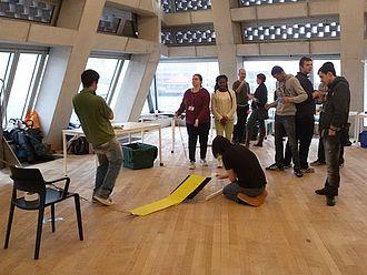 In der Tate Exchange finden Besucher_innen interaktive und partizipative Formen der Auseinandersetzung mit Kunst © HTW Berlin / Tobias Nettke