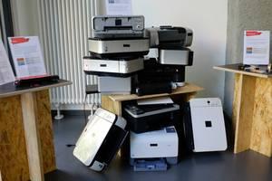 Aufeinander gestapelte ausgediente Drucker