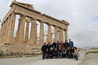 Studierende vor der Akropolis in Athen © HTW Berlin / Tobias Nettke